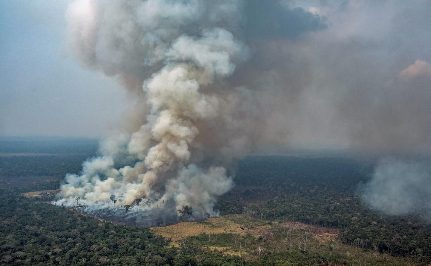 Incêndio na floresta perto do município de Candeias do Jamari, em Rondônia. Feita em 24 de agosto. Foto Victor Moriyama/Greenpeace/AFP