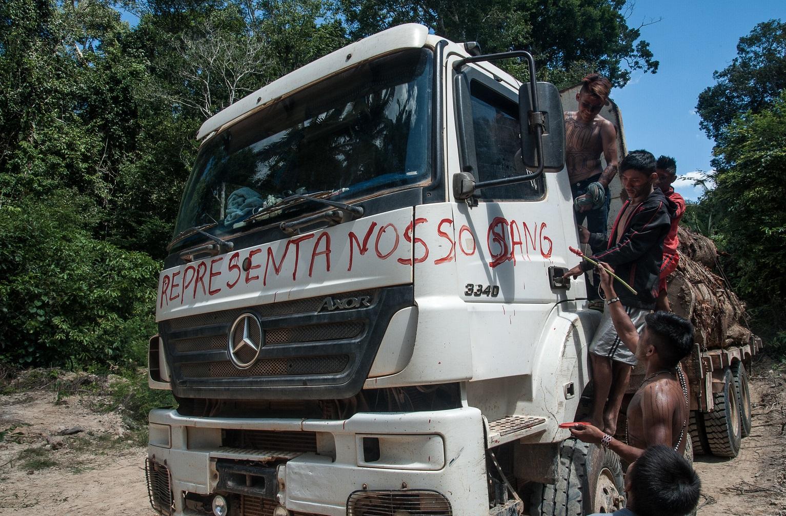 Mundurukus pintam o caminhão usado pelos madeireiros que invadiram as suas terras no Pará. Foto Anderson Barbosa