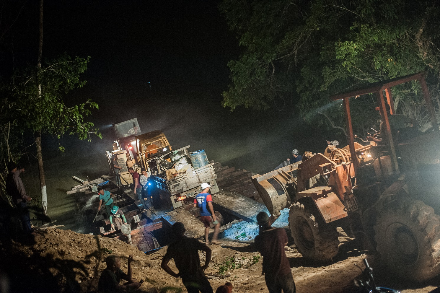 Tratores e caminhões dos invasores expulsos pelos indígenas Munduruku do Alto e Médio Tapajos. Foto Anderson Barbosa