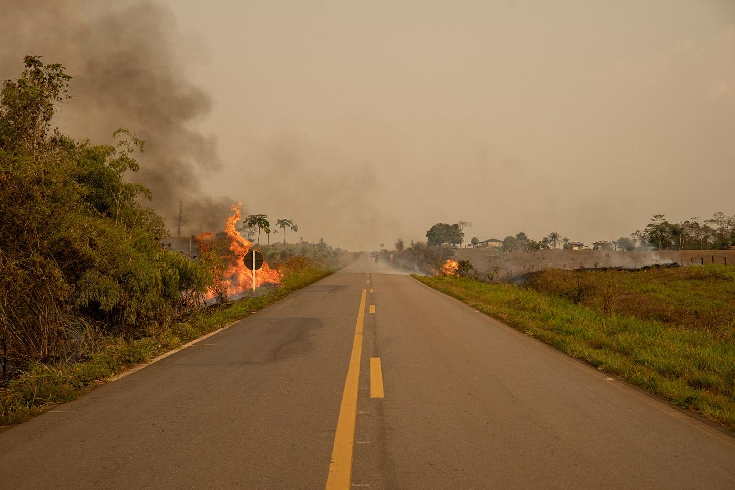 Incêndio na BR 364, entre Rio Branco e Sena Madureira, no Acre. Foto Marcio Pimenta