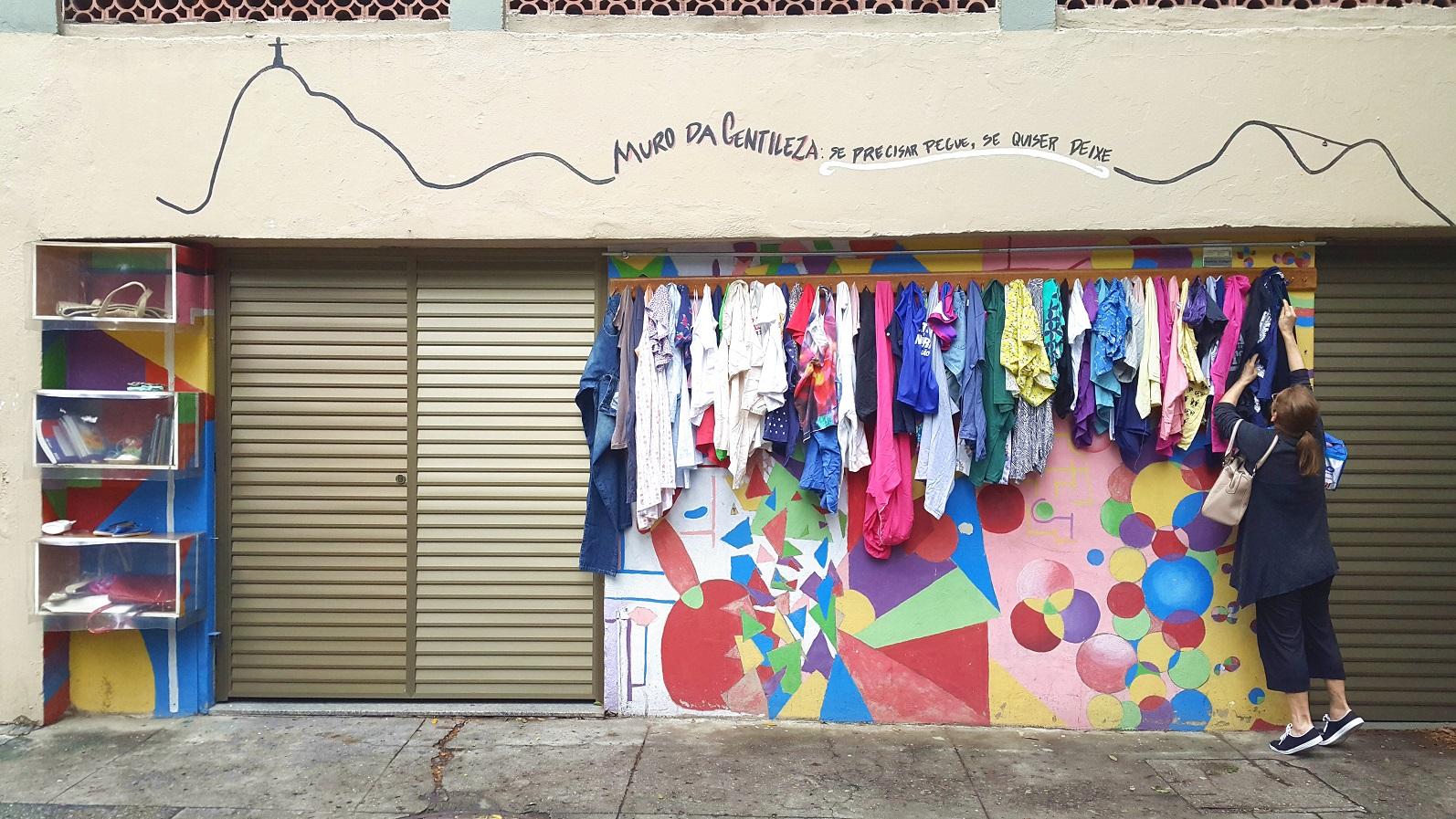 Inspirado em uma experiência do Irã, o Muro da Gentileza, do Colégio São Vicente, tem ganchos e prateleiras para que as pessoas coloquem os objetos descartados e retirem o que precisam. Foto Acervo do Colégio São Vicente
