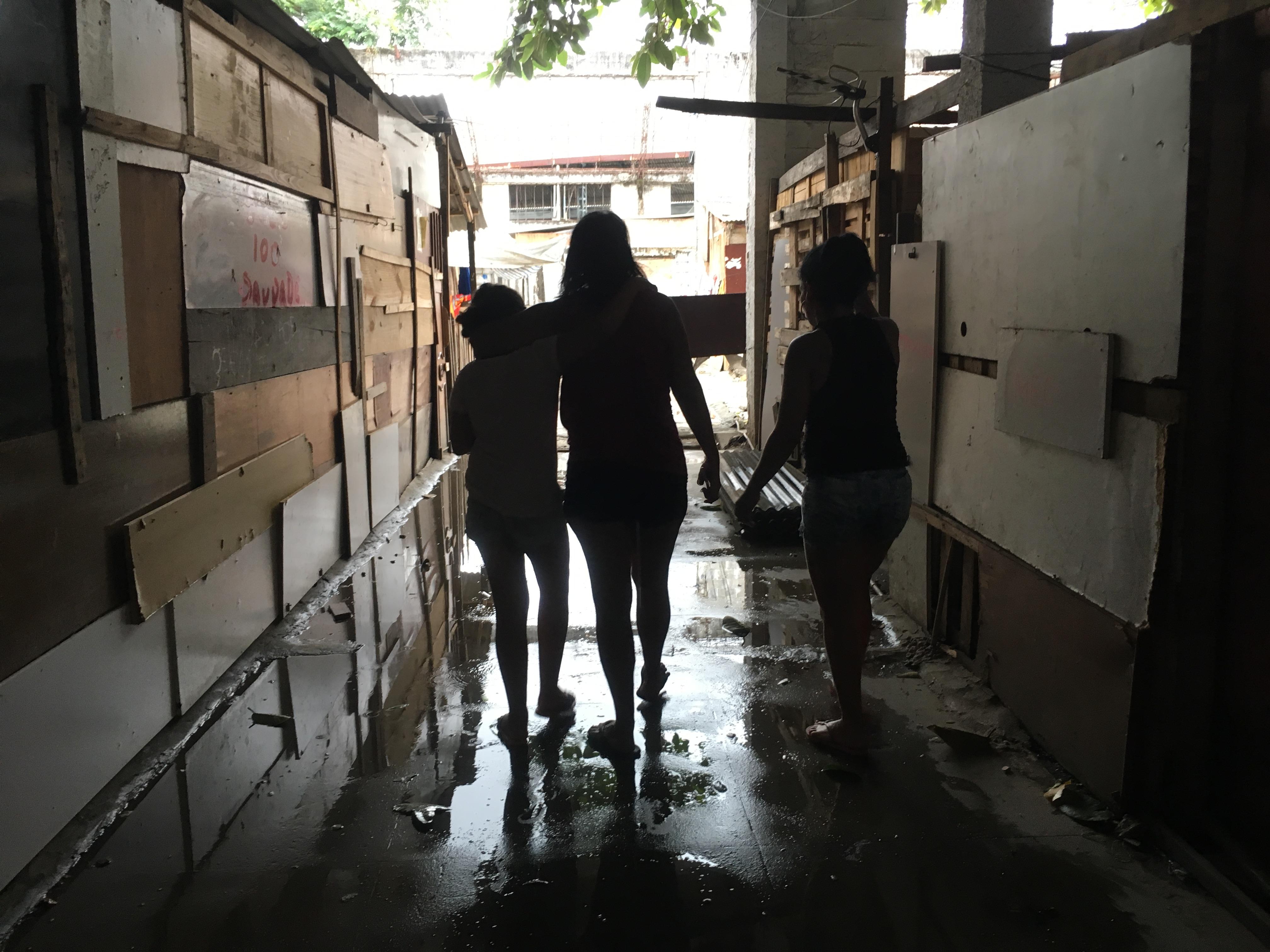 Andrea (ao centro) com a filha e Maria (à direita), que ajuda na coordenação: rígido respeito às regras. Foto de Maria Carolina Rodrigues