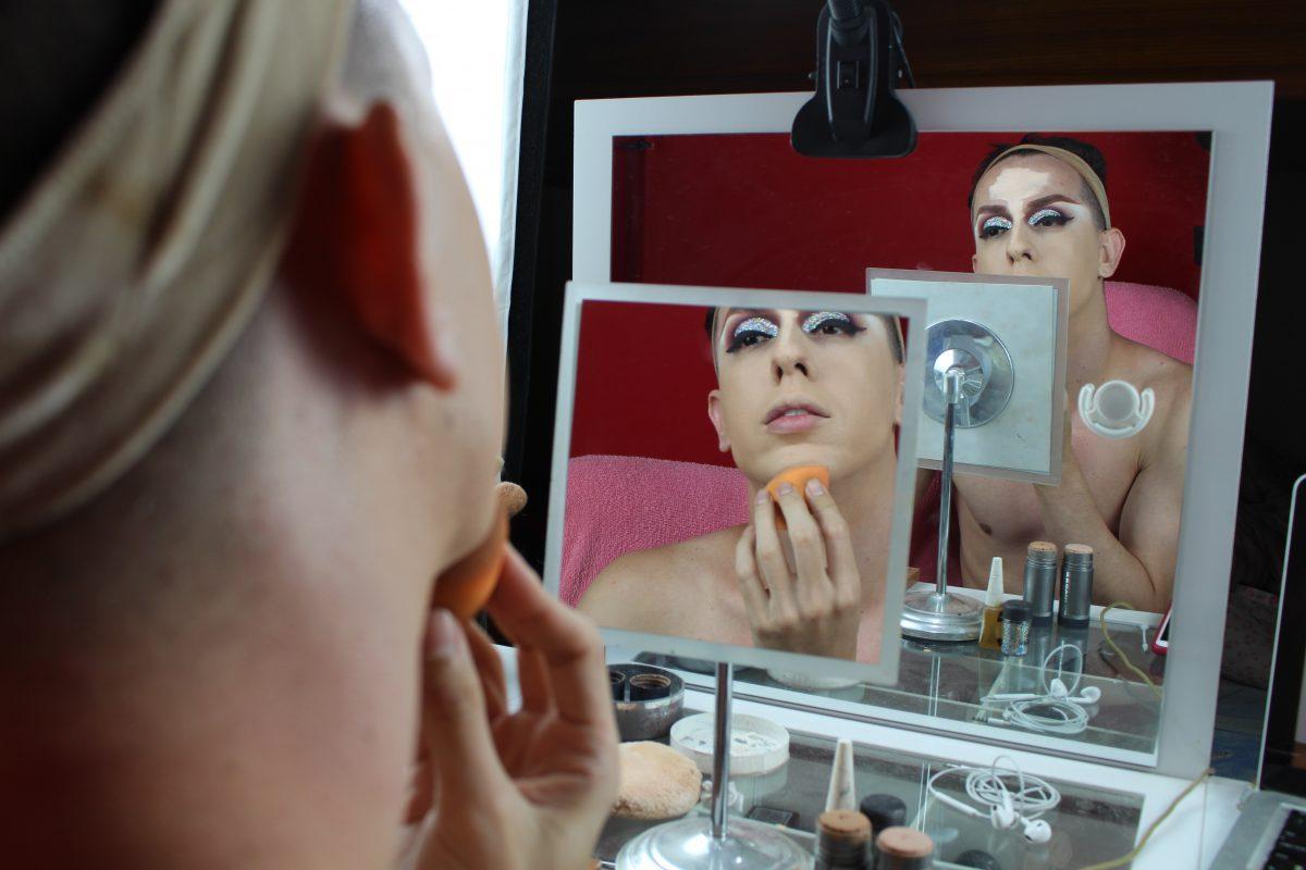 'Eu achava que Deus poderia me curar', relata drag queen