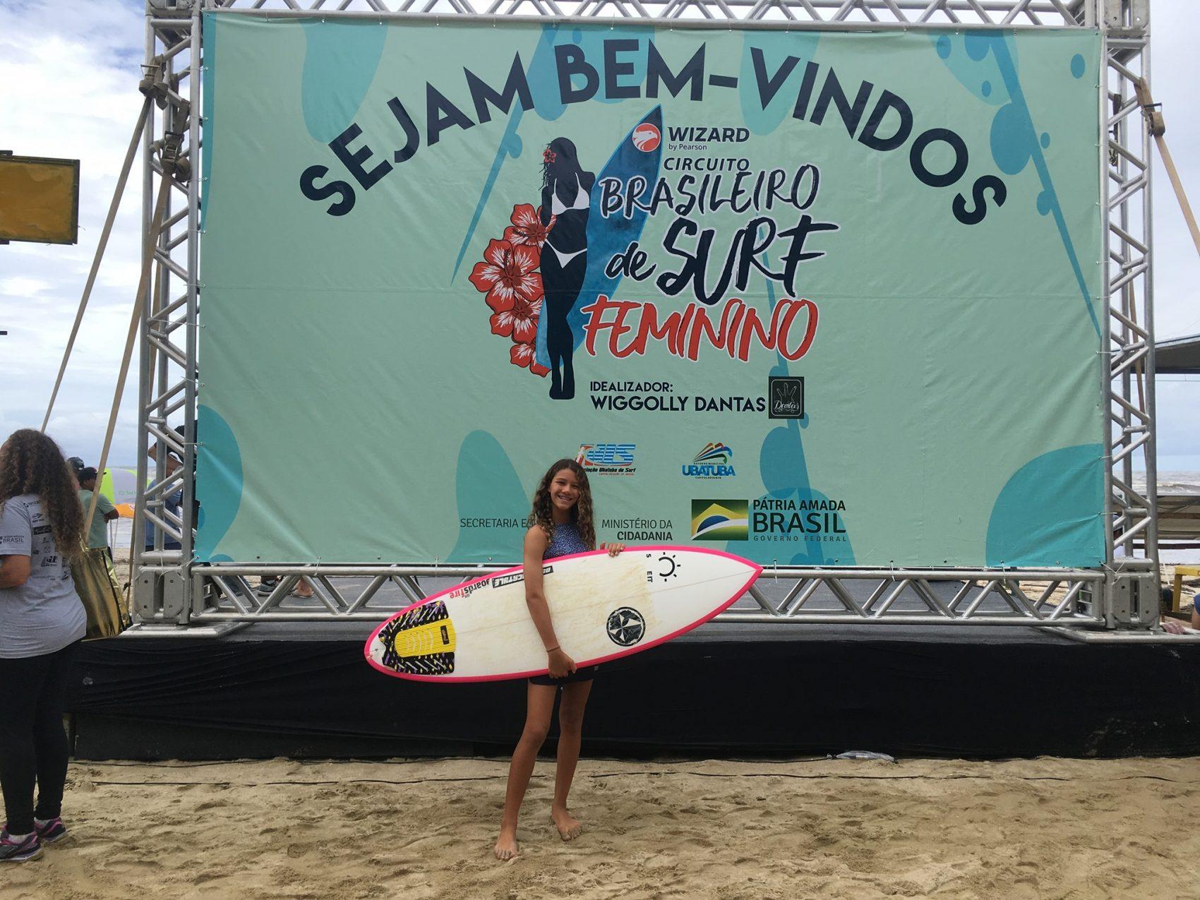 A baiana Catarina Lorenzo em campeonato de surfe em 2017: água do mar mais quente, invernos mais quentes, temporais em Salvador e consciência climática precoce (Foto: Reprodução Facebook)