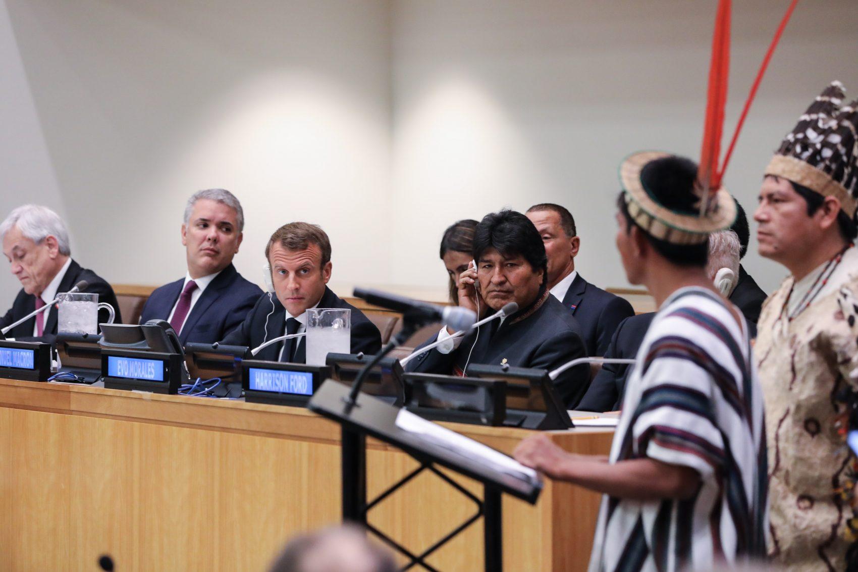 Ao lado dos presidentes do Chile Sebastian Pinera, da Colômbia, Ivan Duque, e da Bolívia, Evo Morales, o francês Emmanuel Macron ouve líderes indígenas da Amazônia no lançamento da Aliança pelas Florestas Tropicais na sede da ONU (Foto: Ludovic Marin/AFP)