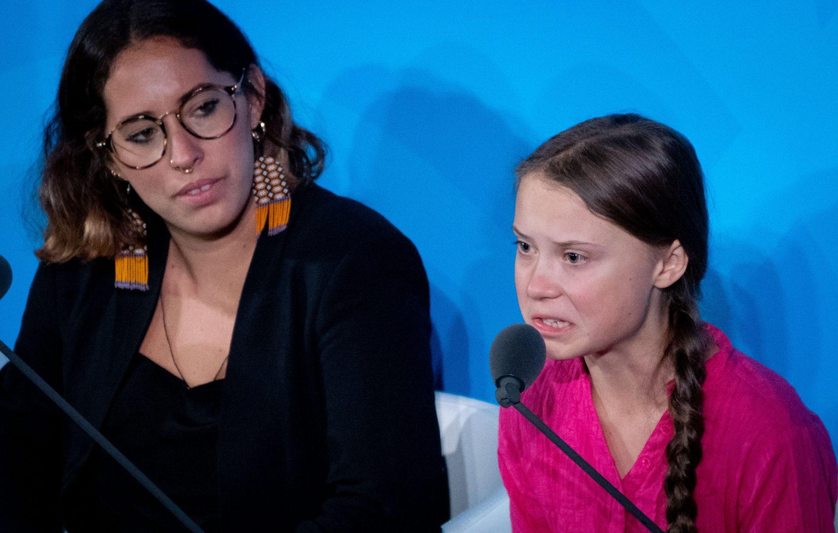 """Greta Thunberg,, ao lado da brasileira Paloma Costa, do Engajamundo, na abertura da Cúpula Climática: """"Vocês roubaram os meus sonhos e minha infância com palavras vazias"""" (Foto: Kay Nietfeld/DPA)"""