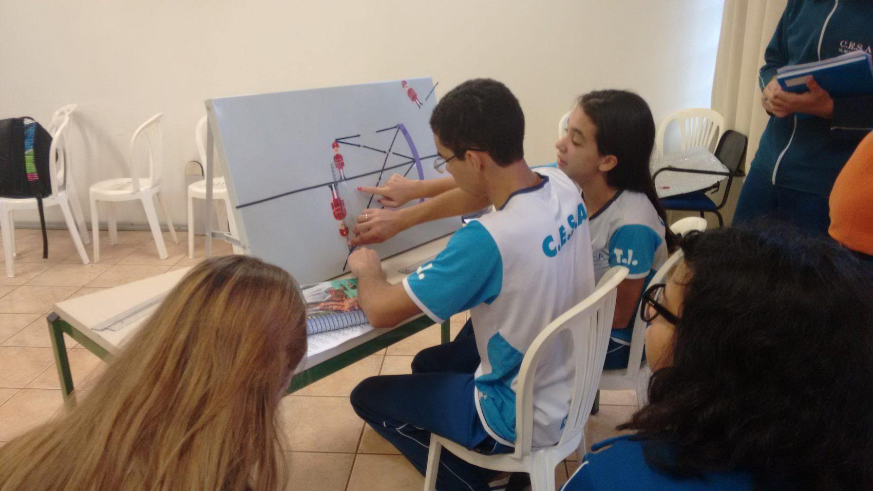 Alunos com deficiência visual acompanham aula de matemática: site desenvolvido na UFPR ajuda professores (Foto: UFPR/Divulgação)