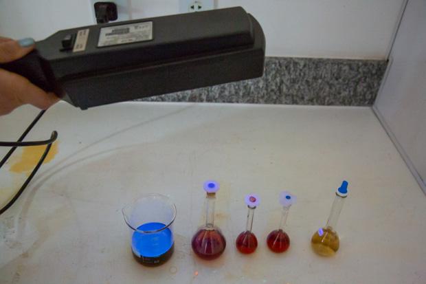 Biofertilizante (vidro à esquerda) desenvolvido no Instituto de Química é puro, atóxico e luminescente, e permite fácil adaptação às necessidades de cada cultura (Foto: André Gomes/Secom/UnB)