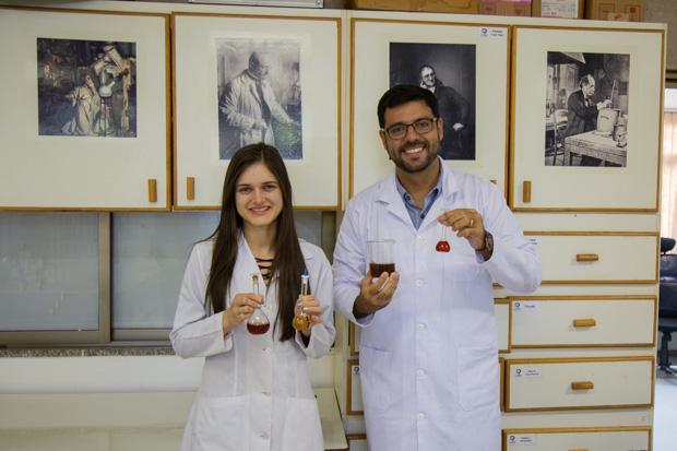 Carime Rodrigues e Rogério Faria: pesquisadores e sócios na empresa incubada na UnB para desenvolver o biofertilizante como produto (Foto: André Gomes/Secom/UnB)