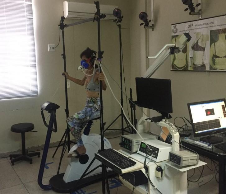 Teste no laboratório da UFRN: pesquisador explica que tratamento é como um exercício físico: no caso, o exercício é nos músculos inspiratórios e expiratórios (Foto: Divulgação/UFRN)