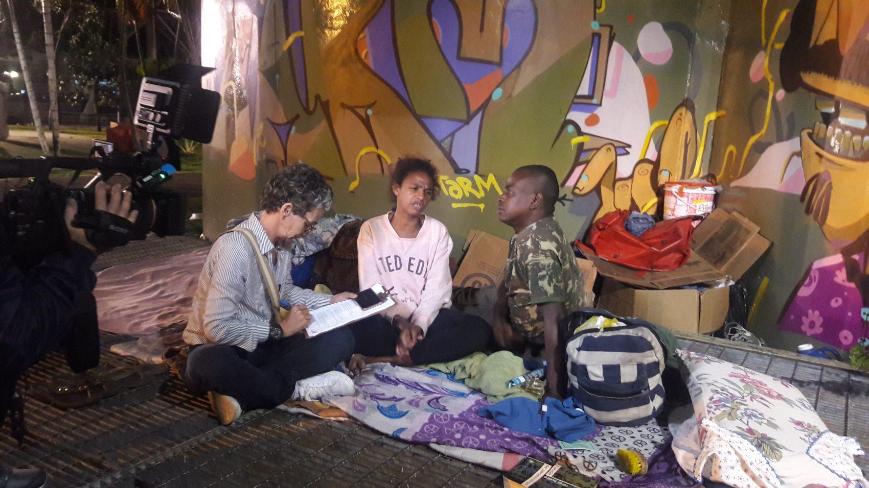 A voluntária Vãnia Rosa entrevista casal em situação de rua na Zona Sul do Rio: cidade tem 15 mil pessoas nessas condições (Foto: Karla Marcolino)