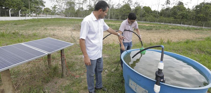 Coordenador do Laboratório de Mecanização do Centro de Ciências Biológicas e da Natureza da Ufac, Leonardo Paula de Souza orienta aluno: sistema de irrigação alimentado por energia solar (Foto: Divulgação?Ufac)