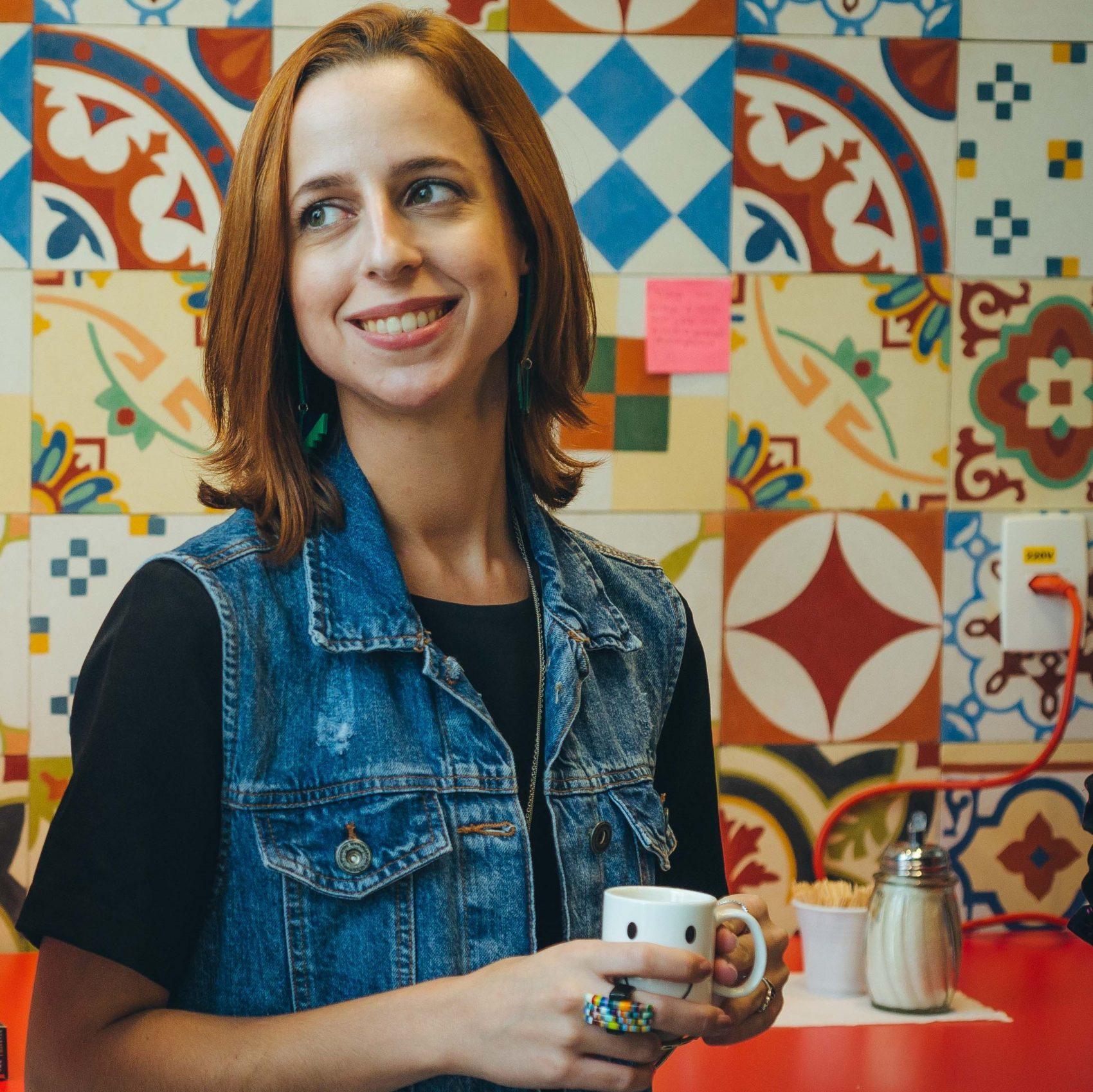 """Juliana Oliveira, 25 anos, com a caneca que acabou inspirando uma campanha interna da Nestlé: """"#menos plástico"""", ela escreveu num post-it (Foto: Divulgação)"""