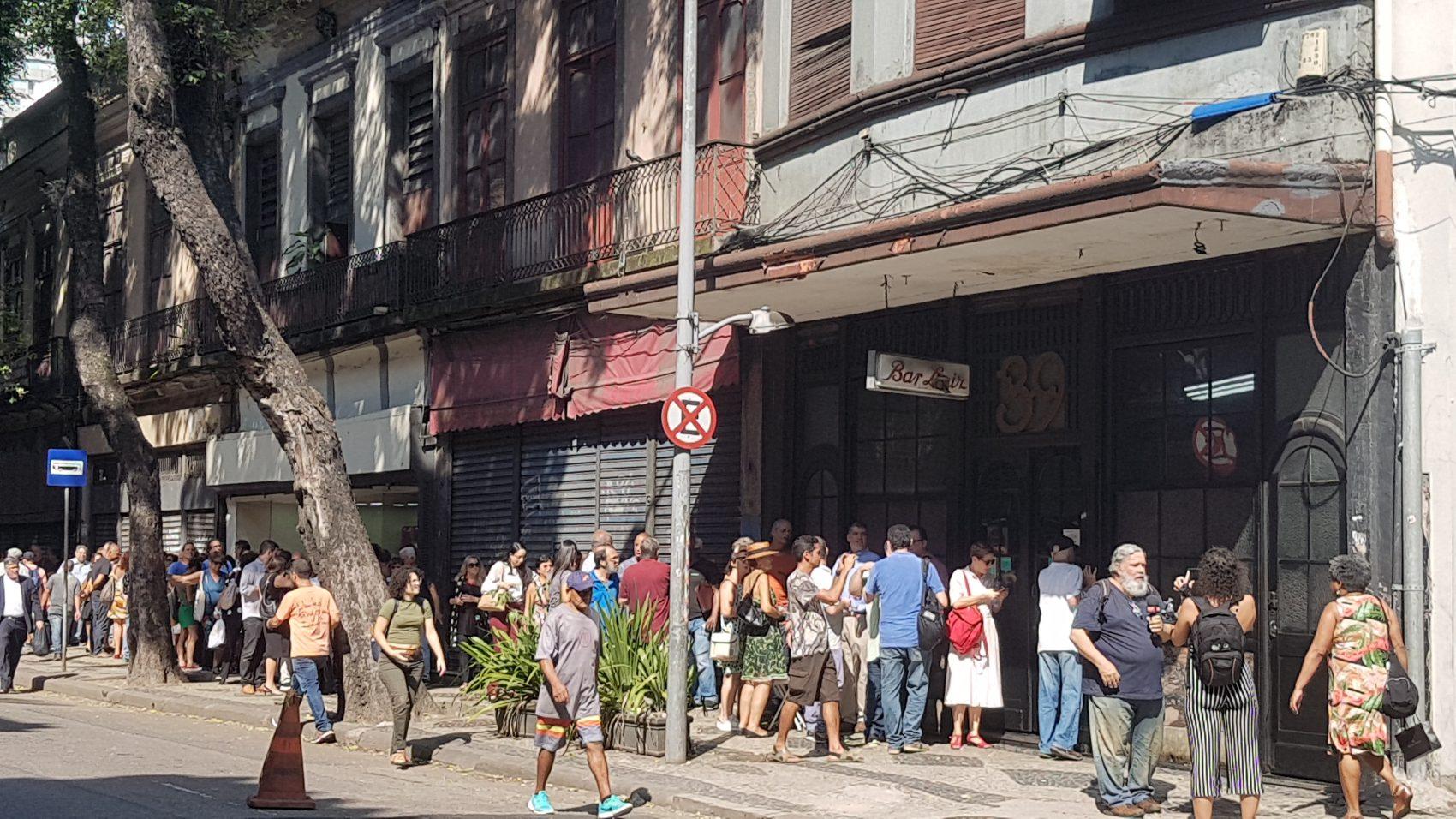 Fila de clientes na porta do Bar Luiz: anúncio de fechamento de restaurante centenário provoca comoção na cidade (Foto: Oscar Valporto)