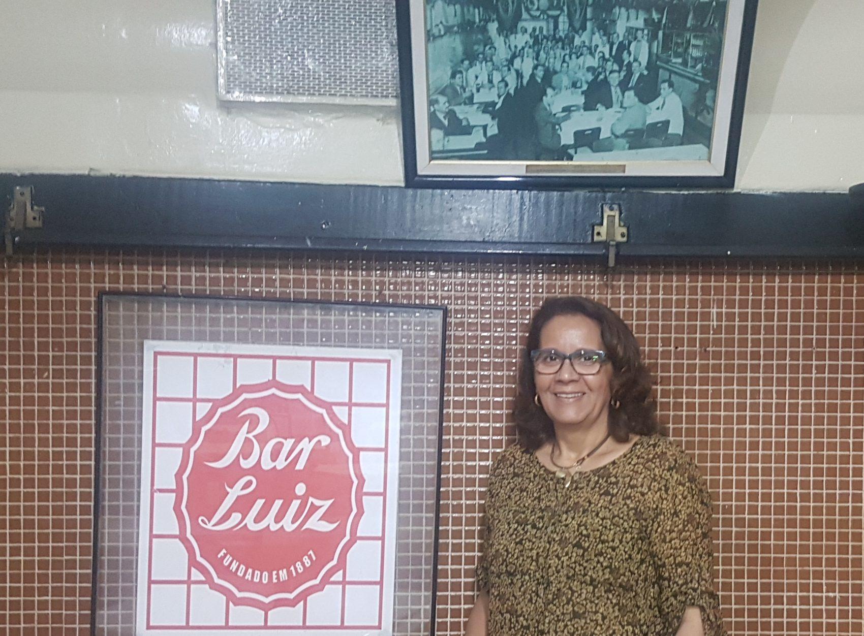 Rosana Santos, há 25 anos, sozinha à frente do Bar Luiz: tempos de crise na Rua da Carioca desde 2013 (Foto: Oscar Valporto)