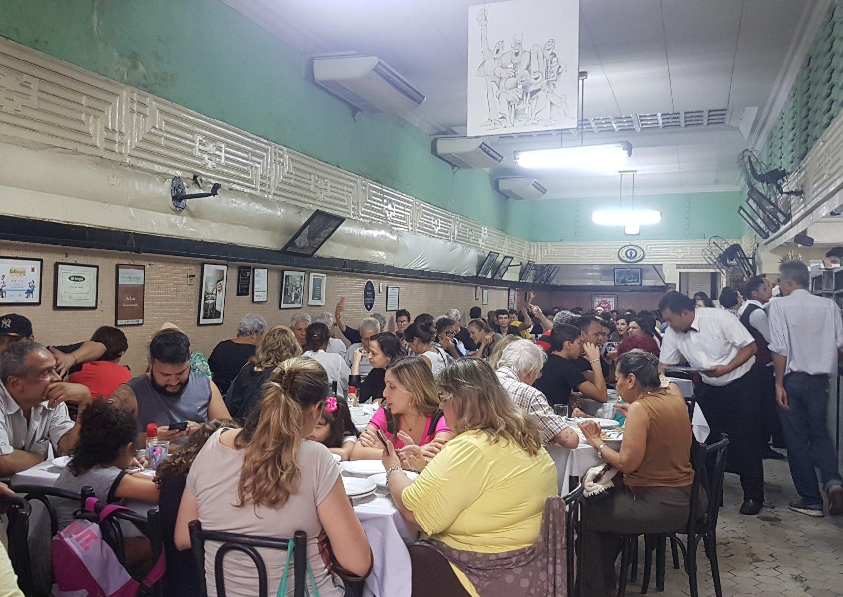 Casa cheia no Bar Luiz de segunda a sábado: faturamento em uma semana três veze maior do que um mês inteiro (Foto: Oscar Valporto)