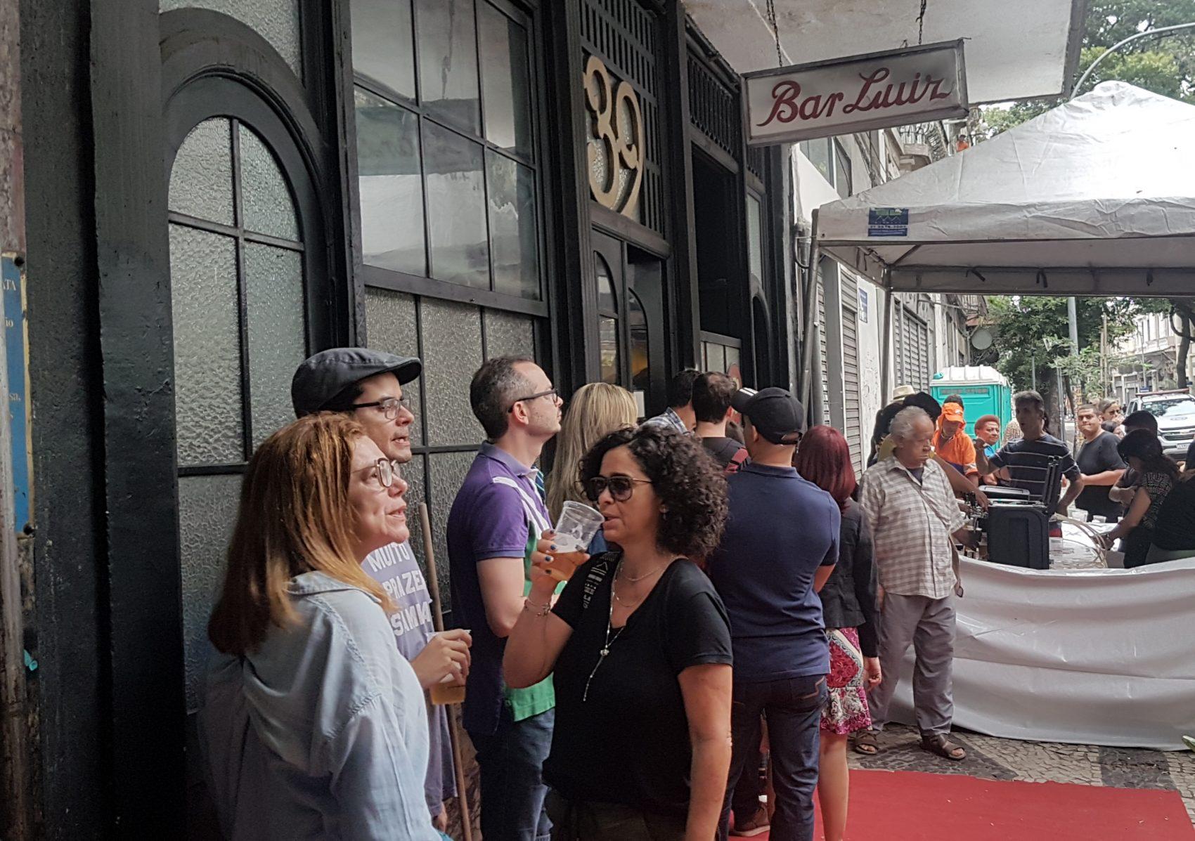 Fila na porta do Bar Luiz, na Rua da Carioca: cena repetida por uma semana até o anúncio de que o restaurante não vai mais fechar (Foto: Oscar Valporto)