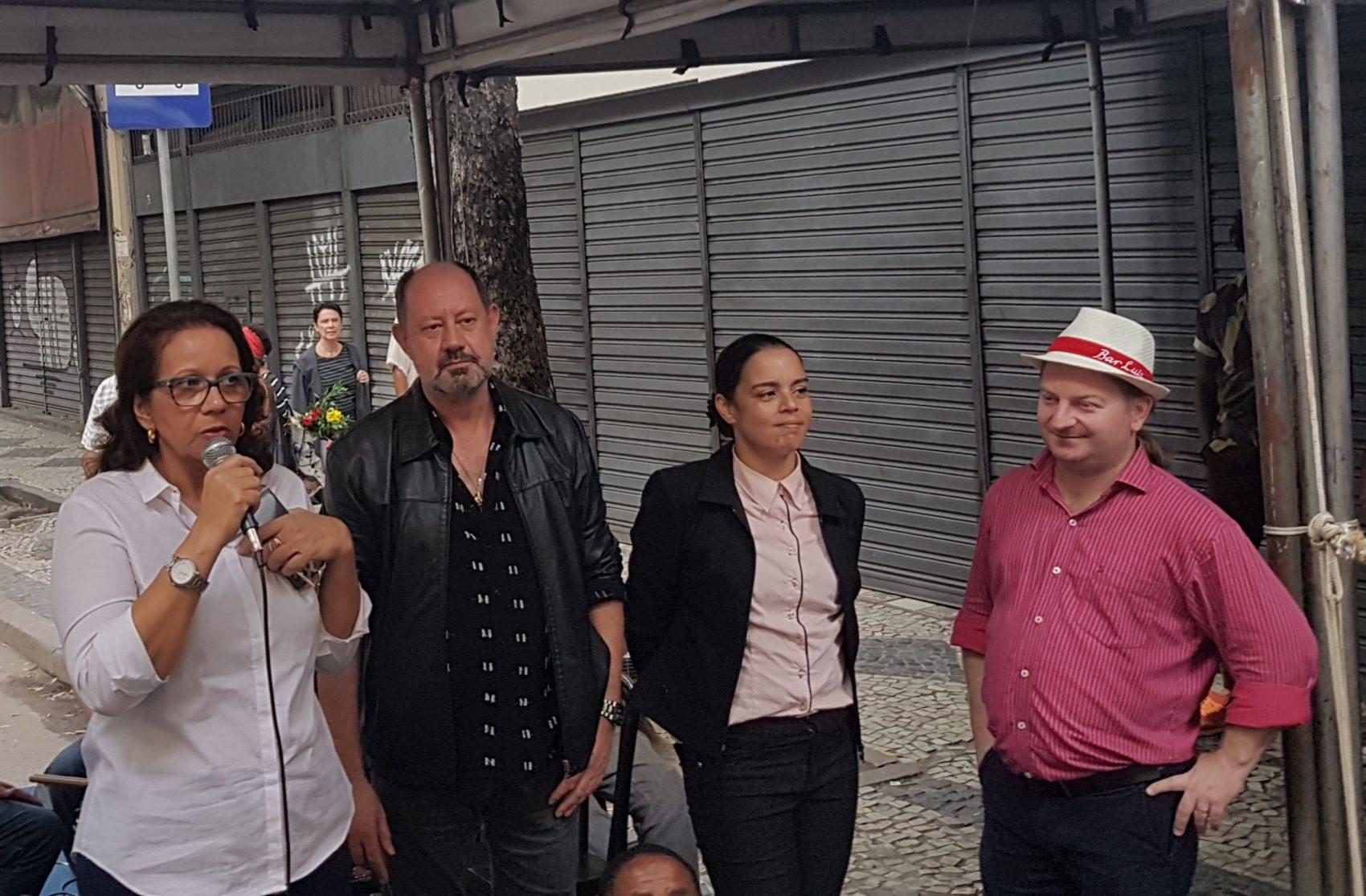 A proprietária Rosana Santos, o interventor Otto, a pioneira Eunice e Astor: mutirão pela permanência do Bar Luiz (Foto: Oscar Valporto)