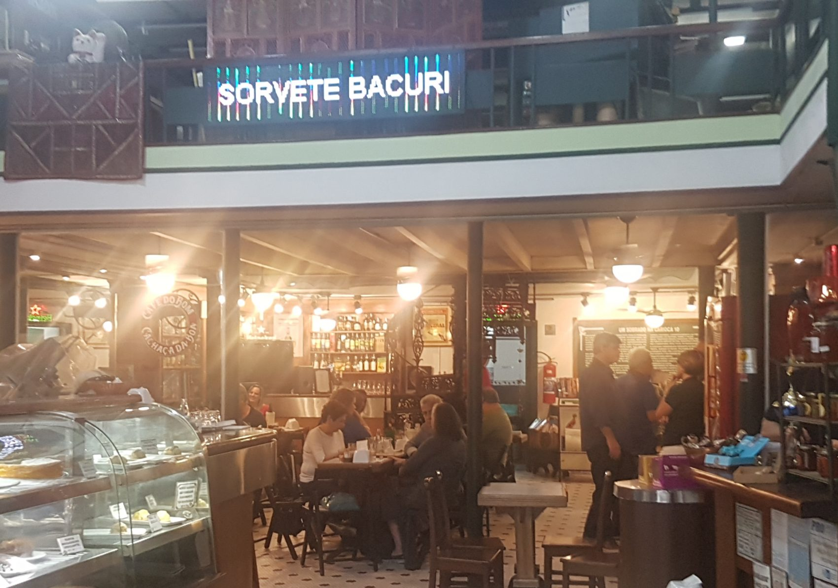 Café do Bom, Cachaça da Boa, instalado em sobrado centenário: Rua da Carioca é mais do que o Bar Luiz (Foto: Oscar Valporto)