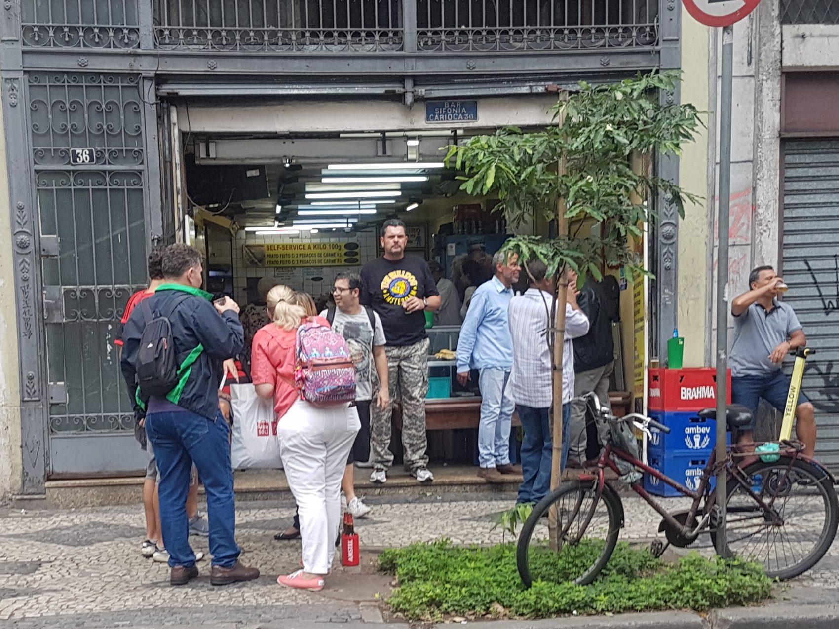 O Bar Sinfonia também cheio com as filas no Bar Luiz e o samba na rua: esperança de novos tempos (Foto: Oscar Valporto)