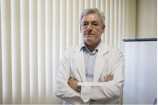 O professor Pedro Felipe de Bruin no no Laboratório de Sono e Ritmos Biológicos: uso excessivo de mídias eletrônicas, a exemplo de TV e celular, influi na má qualidade do sono (Foto: Ribamar Neto/UFC)