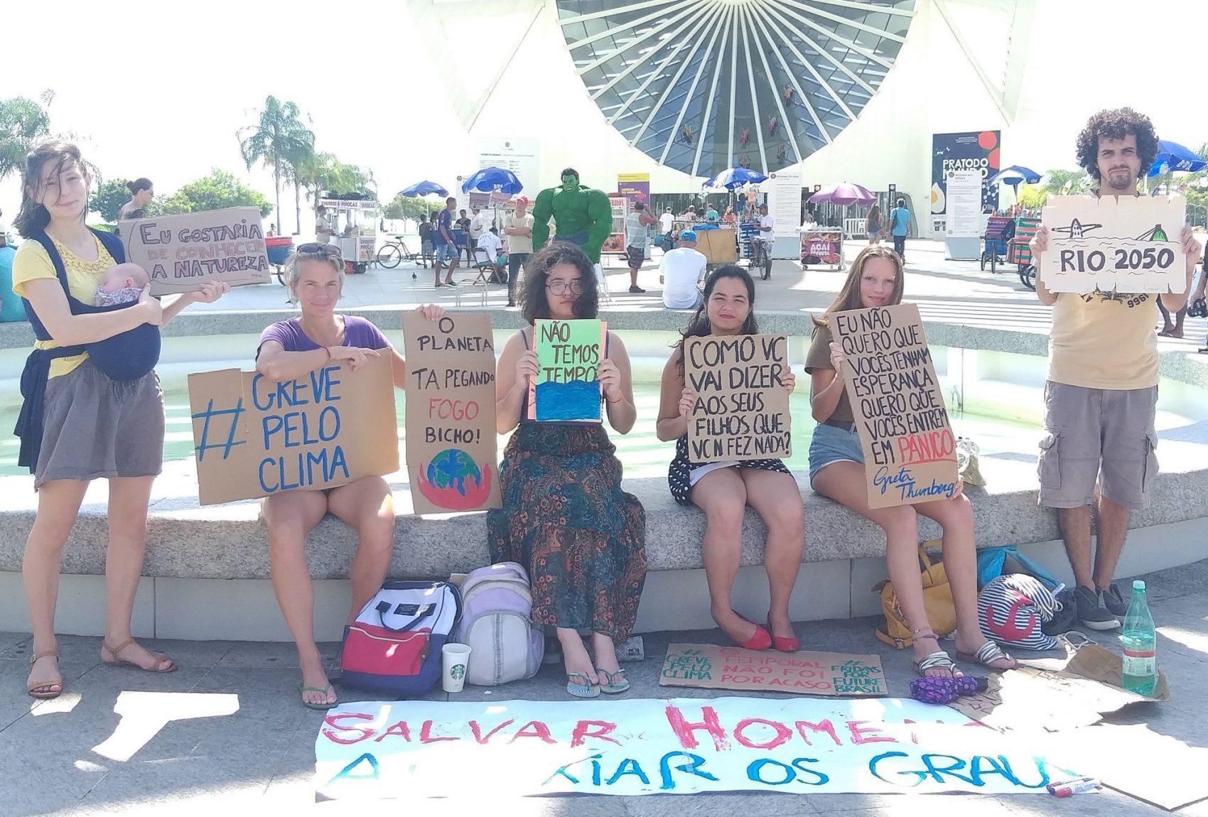 Ato da Fridays For Future em frente ao Museu do Amanhã: ativistas se reúnem todas as sextas para pedir pelo clima (Foto: Divulgação)