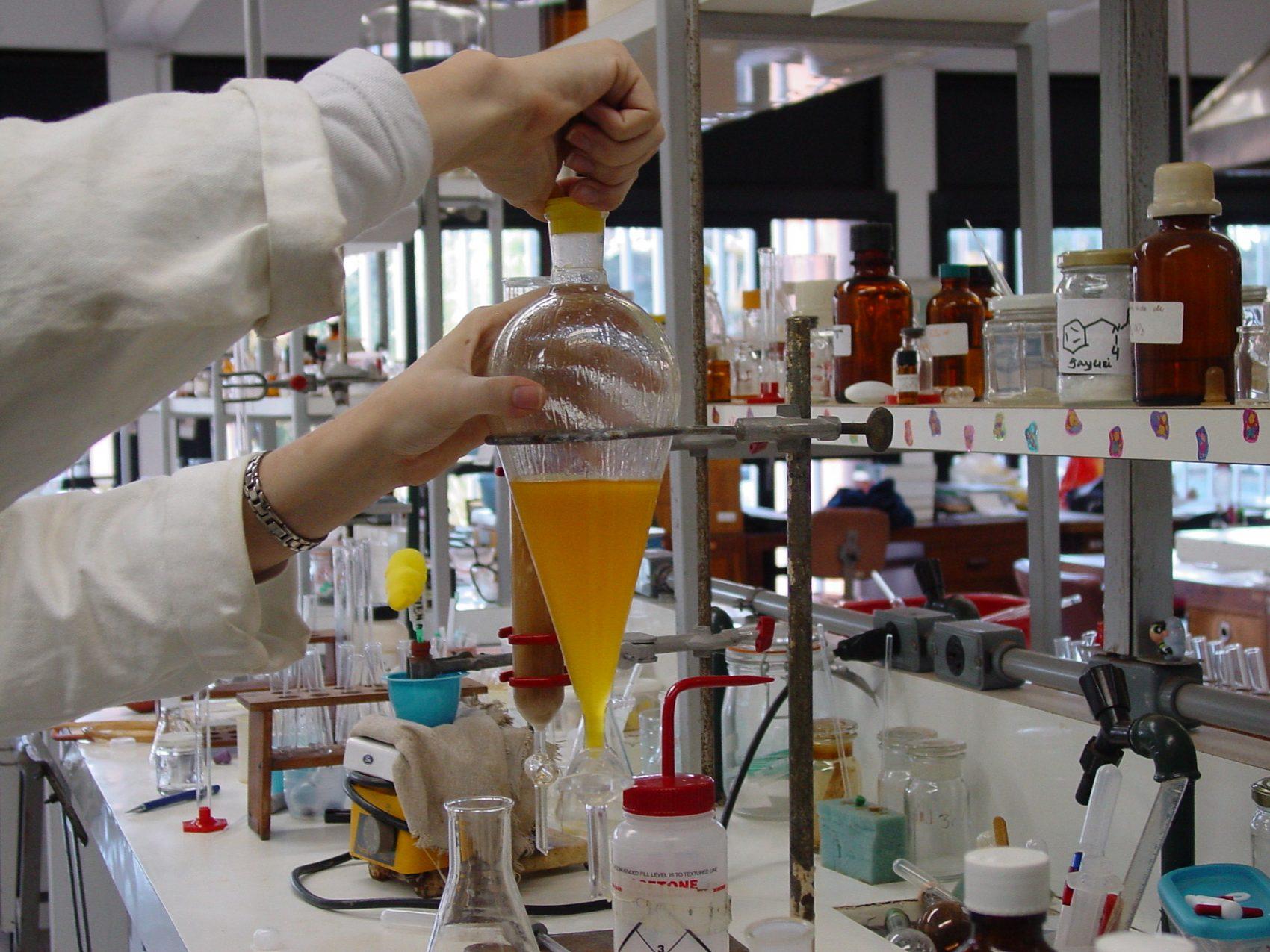 Laboratório de Química da Universidade de Brasília: biofertilizante sem adição de outros compostos químicos e que pode ser produzido em grande quantiadade (Foto: Daiane Souza/Secom/UnB)