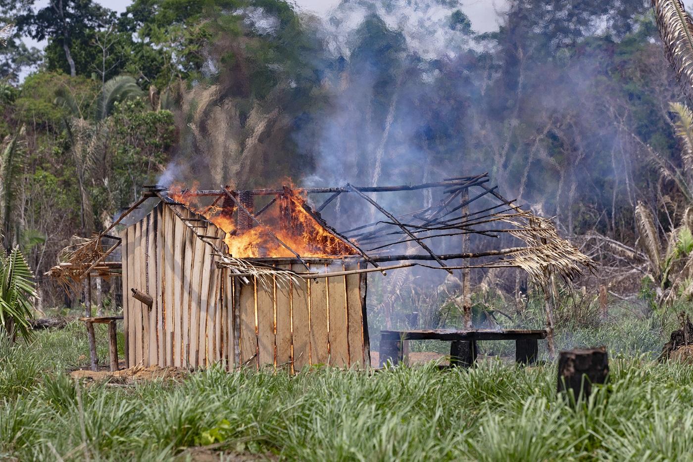 Invasores põem fogo e uma das casas do acampamento Boa Esperança, que começou a ser construído em outubro do ano passado,. Foto Marizilda Cruppe