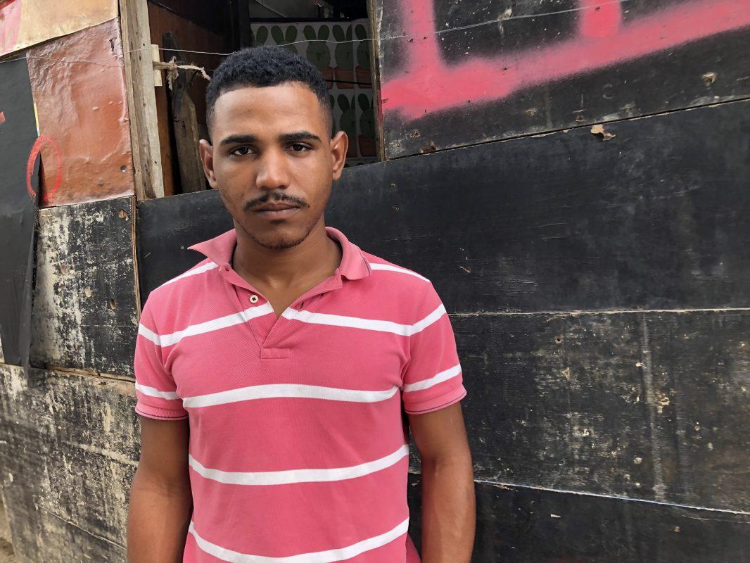 Rafael Alves queria ser jornalista, mas a vida, incluindo o nascimento das duas filhas, o levou ao mototáxi. Foto Flávia Milhorance