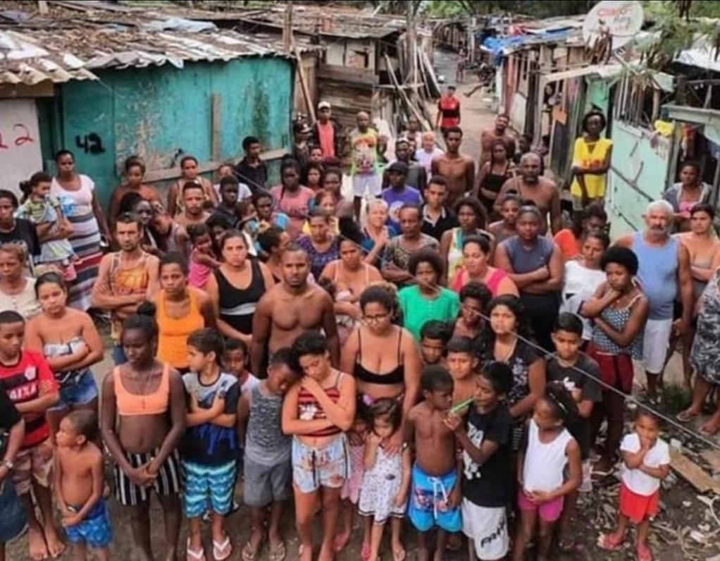Moradores da localidade do Brejo, na Cidade de Deus, se reúnem após a destruição de parte das suas casas pela PM. Foto Arquivo Pessoal