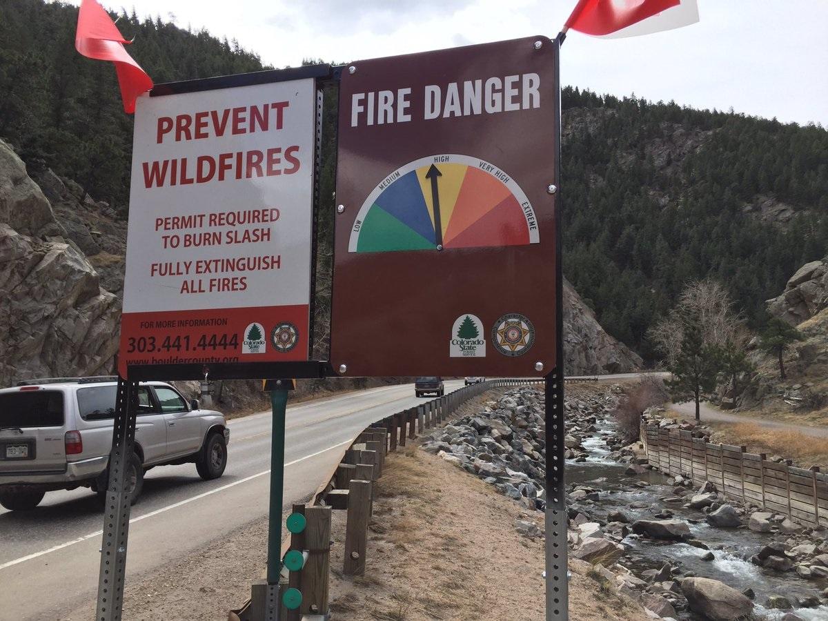 Placas mostram os riscos de queimadas florestais na região do Colorado. Foto Monica Medeiros