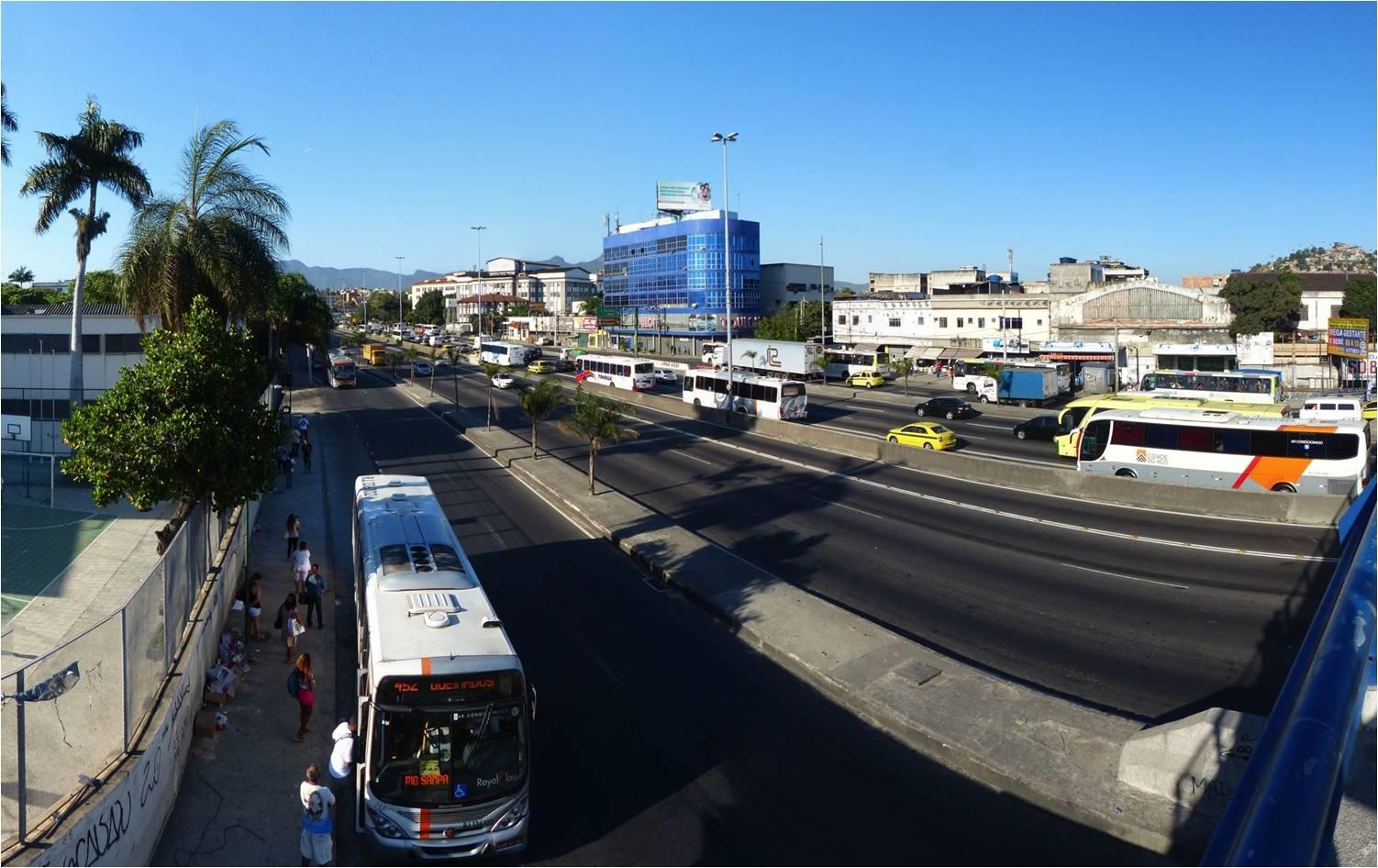 Dos 1.040 ônibus que passam na Avenida Brasil por hora em direção ao Centro, 42% são ônibus intermunicipais. Foto ITDP Brasil