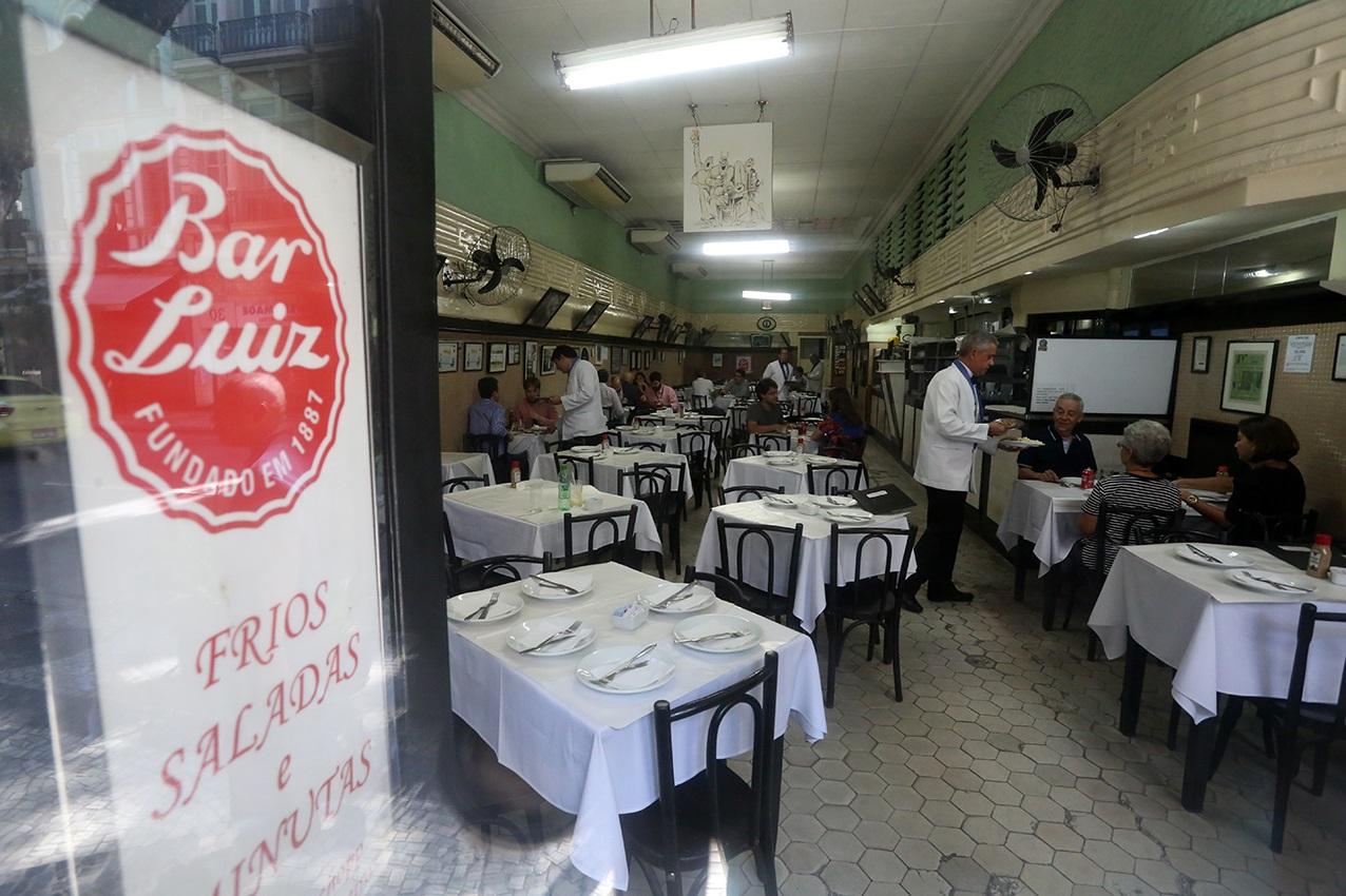 Fundado em janeiro de 1887, na Rua da Assembleia, o Bar Luiz só foi para o endereço atual 1927. Foto Custódio Coimbra