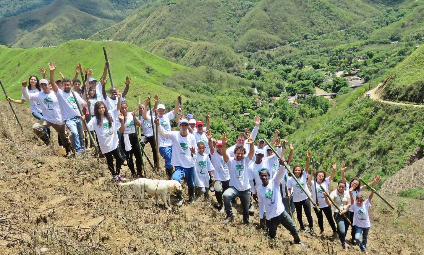 O trabalho de replantio começou com a participação de voluntários, mas aos poucos acabou se profissionalizando e hoje tem 40 colaboradores. Foto Divulgação