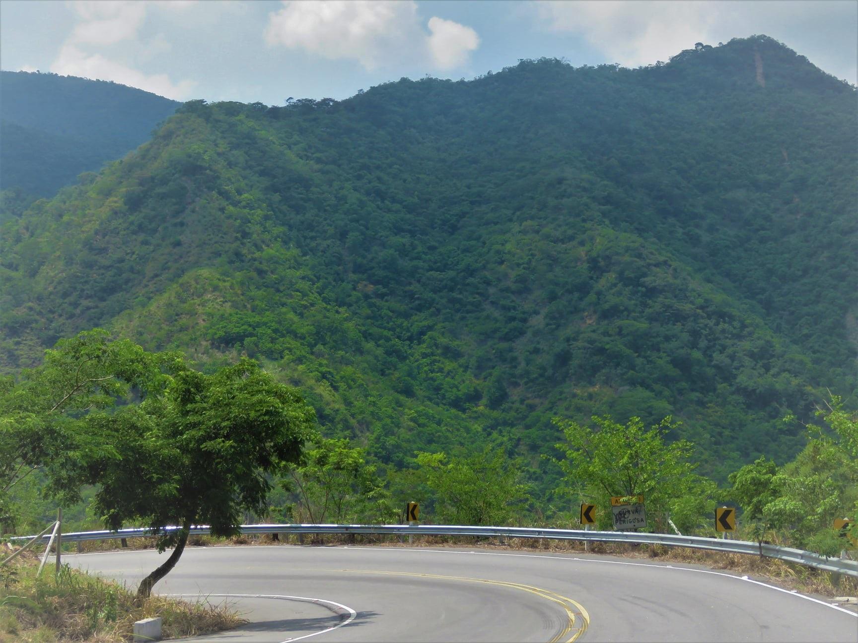 Antes e depois, as imagens vistas da rodovia que corta a serra que leva ao município. Foto Divulgação