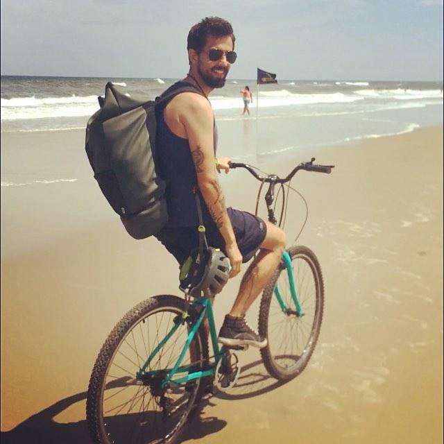 João Henrique Cerqueira e sua bicicleta: rede de ciclistas Ciclimáticos divulga e ouve histórias de quem está na linha de frente das mudanças climáticas (Foto: Arquivo Pessoal)