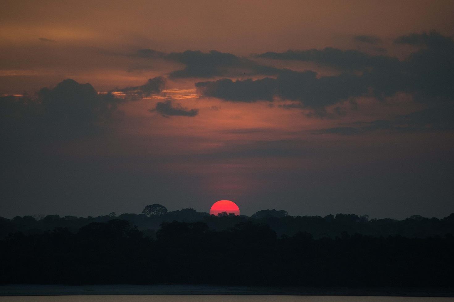 Pôr do sol na Amazônia. Protegido pela dificuldade de acesso, o Alto Rio Negro desperta o interesse de mineradoras. Foto Christophe Simon/AFP