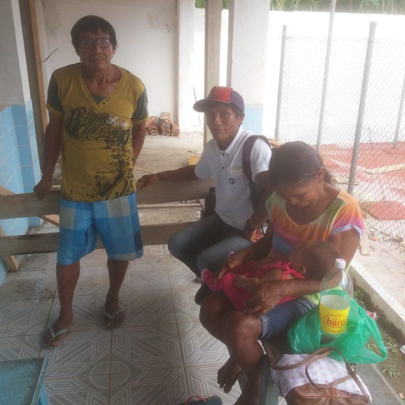 Samuel, Alberto e uma parente da comunidade de Pari-Cachoeira, com o neto, na sede da Funai do Rio Negro. Luis Edmundo Araújo