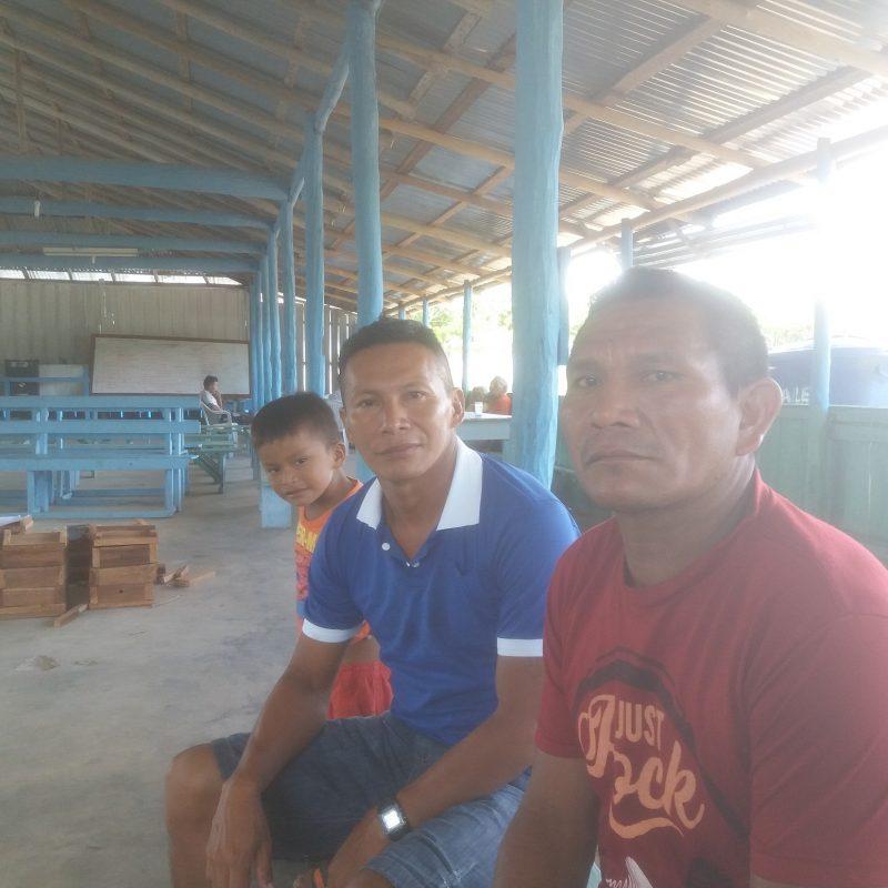 Anderson Tomaz, de azul, e Meraldino Cordeiro, no centro comunitário de Irari Ponta. Foto Luís Edmundo Araújo