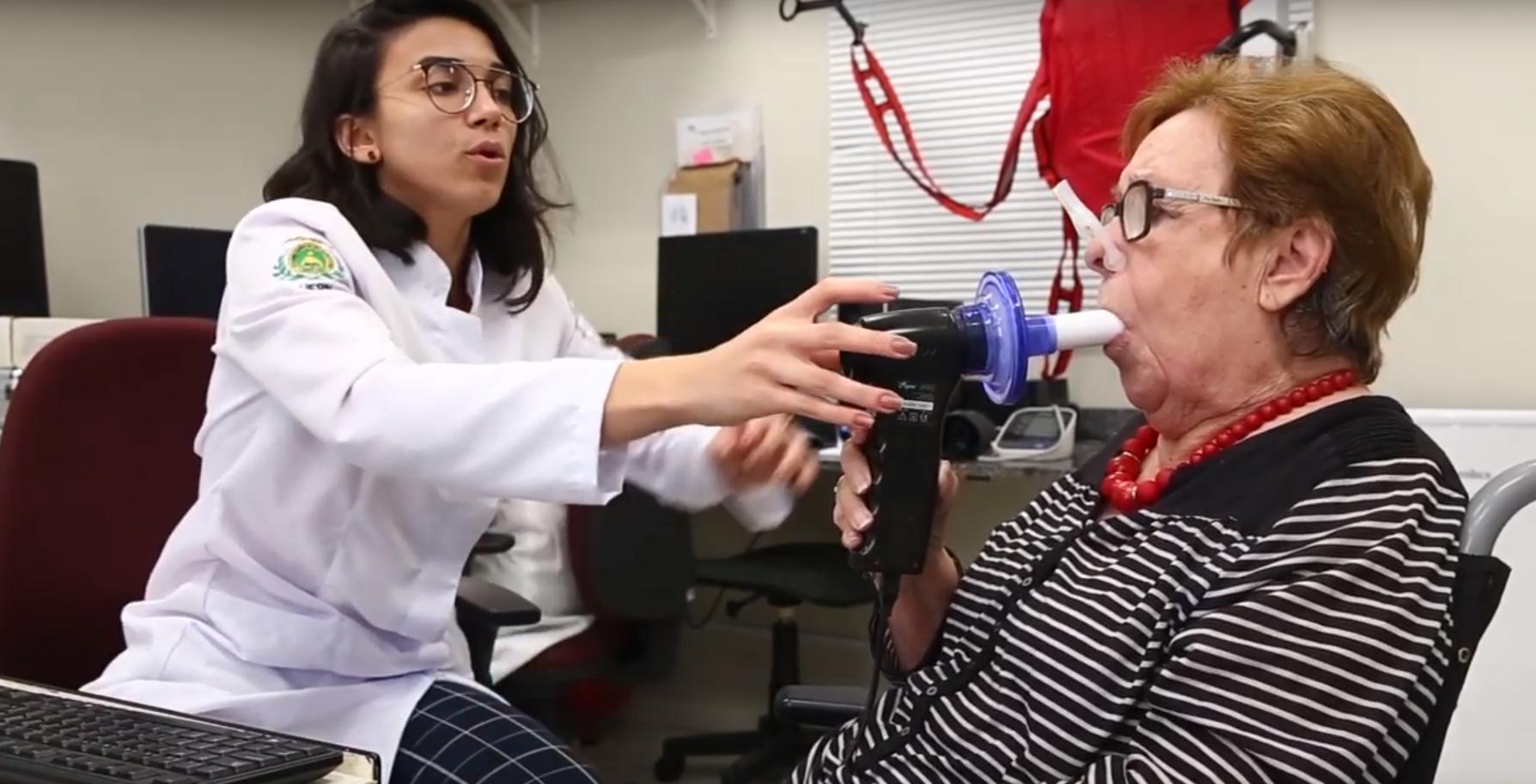 Teste realizado no Laboratório PneumoCardioVascular, da Universidade Federal do Rio Grande do Norte: desenvolvimento de válvula para treinamento respiratório (Foto: Divulgação/UFRN)