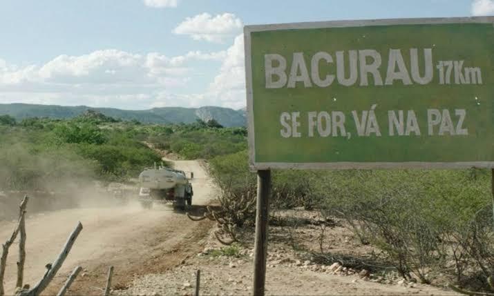 Foto icônica da chegada a Bacurau: caminhão-pipa e frase emblemática. Foto de divulgação