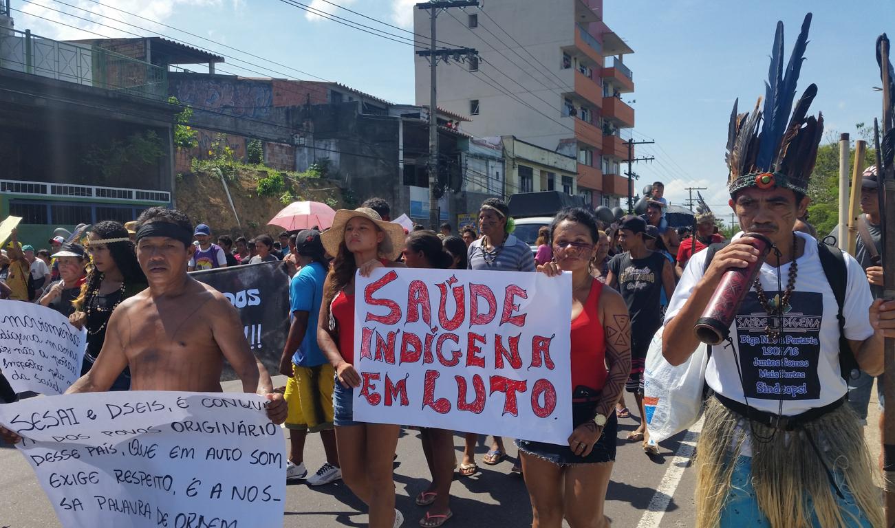 Indígenas protestam em Manaus contra intenção do governo de municipalizar a saúde (Foto: Bianca Paiva/Agência Brasil)