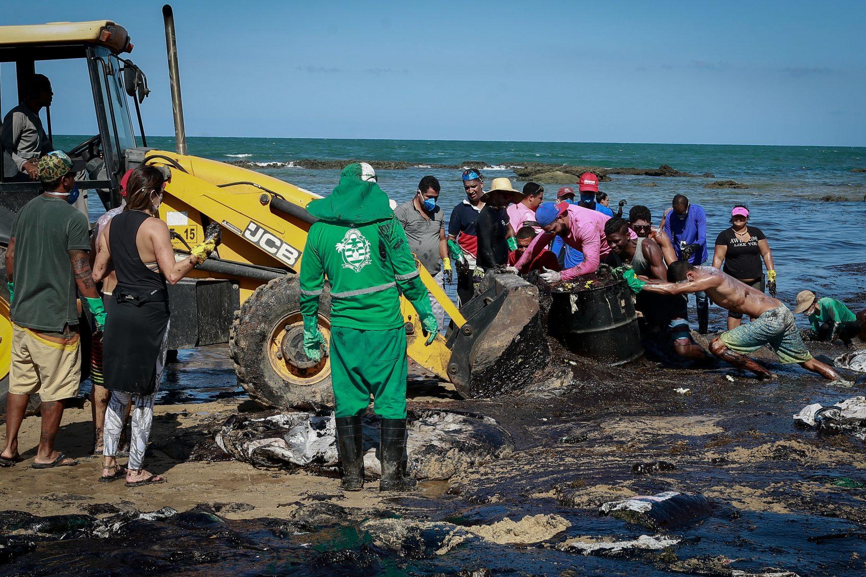 Voluntários retiram óleo do mar na praia de Itapuama, em Cabo de Santo Agostinho, Pernambuco: ação rápida evitou desastre maior (Foto: Leo Malafaia/AFP)
