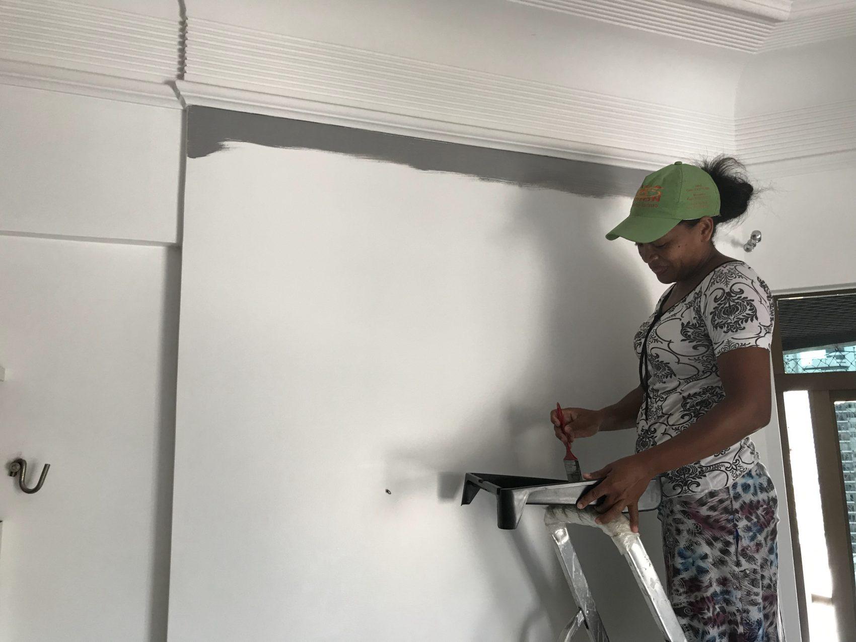 Alessandra da Luz faz serviços de pintura, hidráulica e de reparos: treinamento no Senai antes do projeto da UFPA (Foto: MInerva/Divulgação)