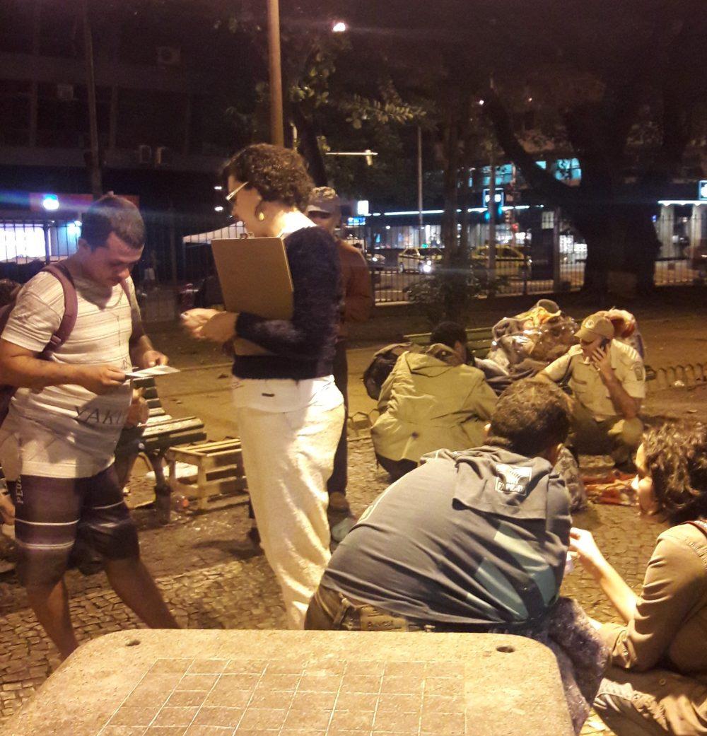 Defensores públicos e voluntários da Ronda Direitos Humanos conversam com moradores de rua na Zona Sul do Rio: 15 mil pessoas em situação de rua na capital (Foto: Karla Marcolino)