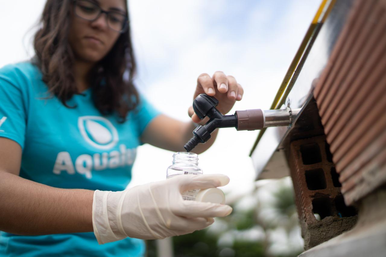 Anna Luisa com o Aqualuz: formada em Biotecnologia pela Ufba, ela teve bolsa do CNPq para aperfeiçoar seu projeto de purificação da água (Foto: ONU Ambiente)