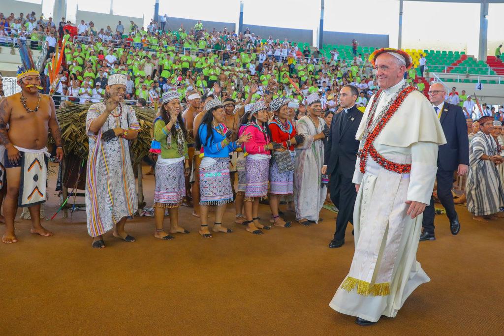 O Papa Francisco em encontro com indígenas no Peru, em 2017: Sínodo em Roma vai reunir mais de 250 pessoas entre bispos, religiosos, representantes das comunidades da religião, de especialistas e de organismos internacionais (Foto: Andres Valles/Fotos Públicas)