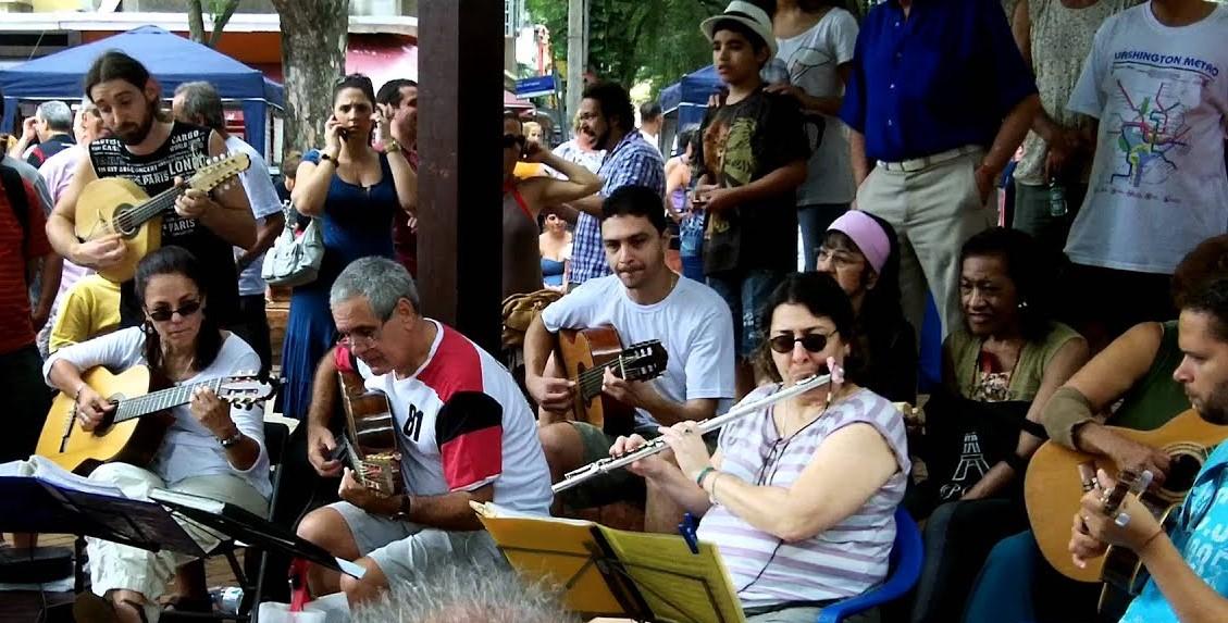 A roda de choro Arruma Meu Coreto, comandada pela flautista Ana Caetano: atração dominical na praça (Foto: Oscar Valporto)