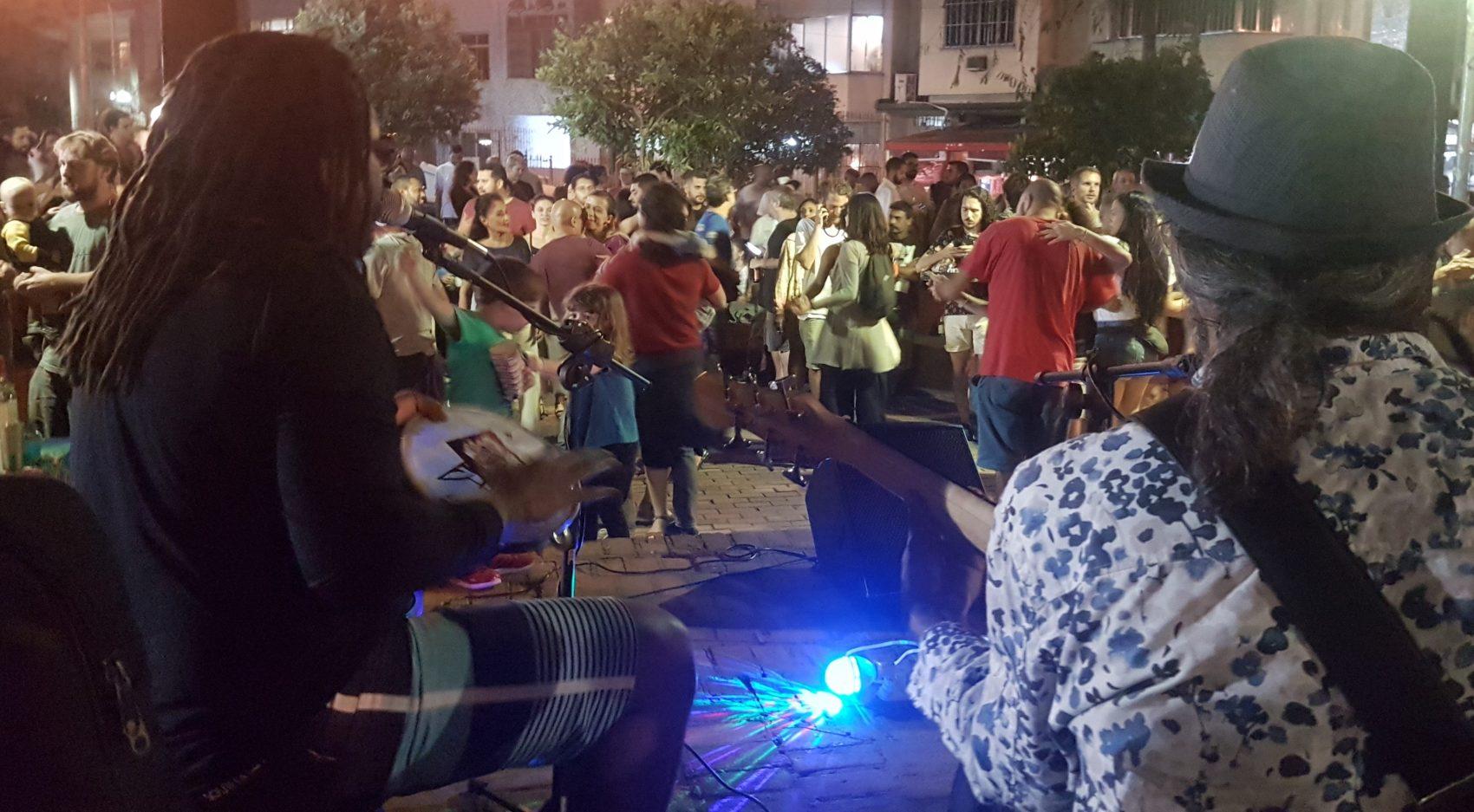 Casais dançam ao som de forró na Praça São Salvador: música entre o coreto e o chafariz (Foto: Oscar Valporto)