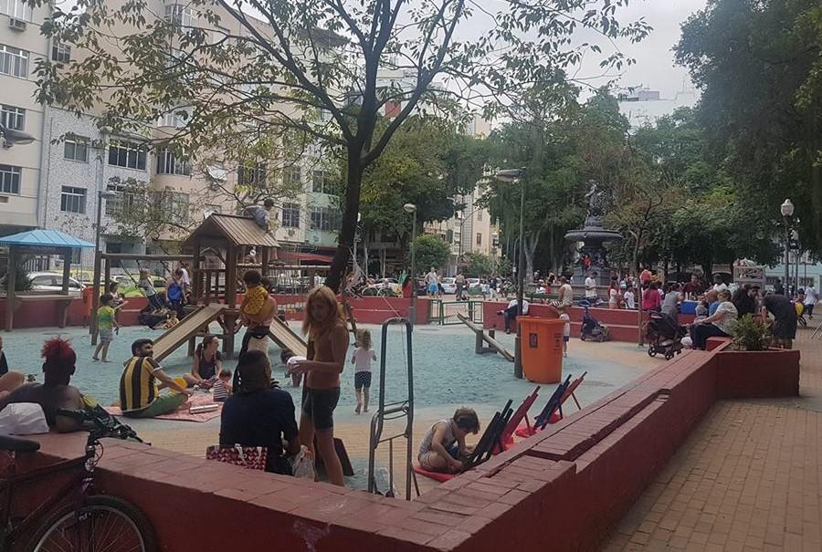 Fim de tarde na Praça São Salvador: durante o dia, as crianças são maioria (Foto: Oscar Valporto)